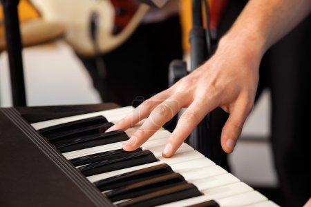 Photo pour Gros plan du piano à main en studio d'enregistrement - image libre de droit