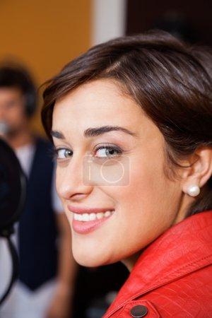 Photo pour Portrait de musicien femme sourire en studio d'enregistrement - image libre de droit