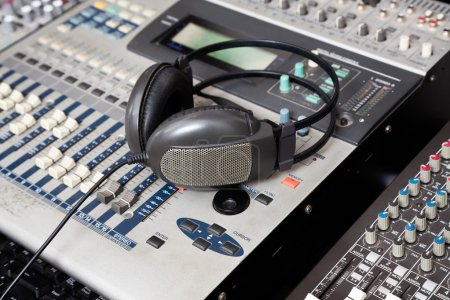 Photo pour Gros plan des écouteurs sur mixeur de musique en studio d'enregistrement - image libre de droit