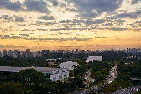 Photo pour Ville de Sao Paulo à la tombée de la nuit, Brésil. Parc Ibirapuera - image libre de droit