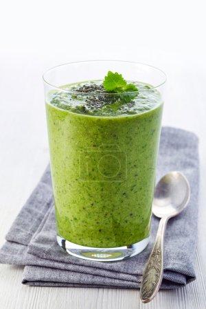 Photo pour Verre de smoothie de fruits et de légumes vert sain - image libre de droit