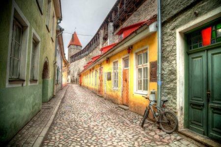 Photo pour Vélo dans la rue. Vieilles rues des villes européennes. Chalets confortables. Tallinn la capitale de l'Estonie sur la mer Baltique . - image libre de droit
