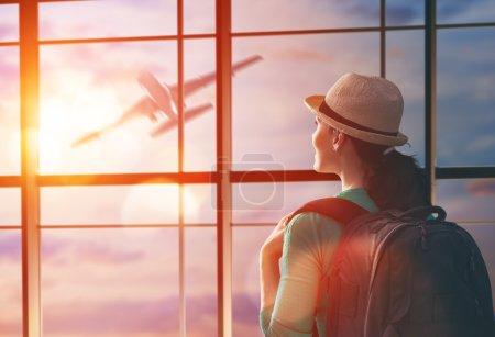 femme Regarde un avion