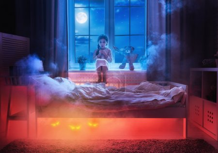 Photo pour Cauchemar pour les enfants. La petite fille a peur des monstres dans l'obscurité de la nuit. Petite fille effrayée et son ami ours en peluche sont protégés contre les monstres . - image libre de droit