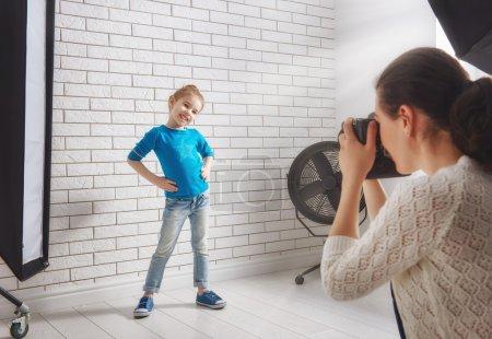 Photo pour Photographe en mouvement. Photographies de la jeune femme de l'enfant. - image libre de droit