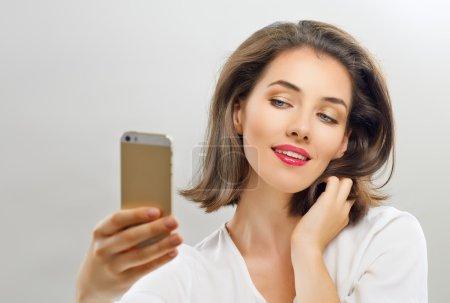 Photo pour Une beauté fille prenant selfie - image libre de droit