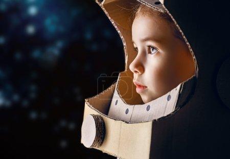 Photo pour Enfant vêtu d'un costume d'astronaute - image libre de droit