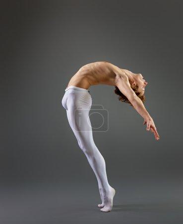 Photo pour Danseuse de ballet moderne sur fond gris - image libre de droit