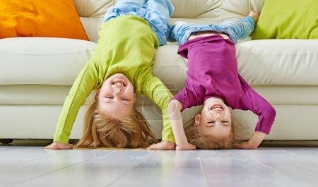 Foto de Amigos felices divirtiéndose juntos - Imagen libre de derechos