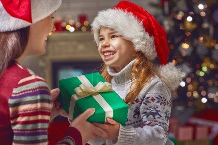 Photo pour Mère et fille, échanger des cadeaux de Noël - image libre de droit