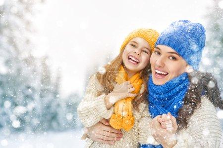 Matka i dziecko dziewczynka na zimowy spacer