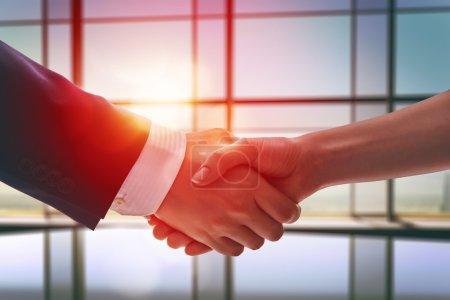 Photo pour Poignée de main d'hommes d'affaires. le concept de négociations fructueuses . - image libre de droit