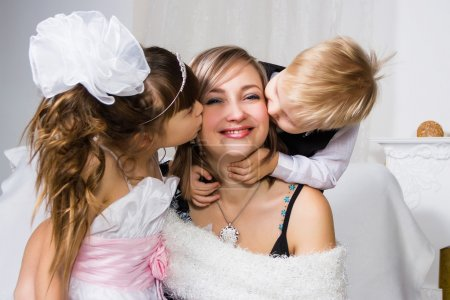 Photo pour Deux enfants embrassent et embrassent la douce mère - image libre de droit