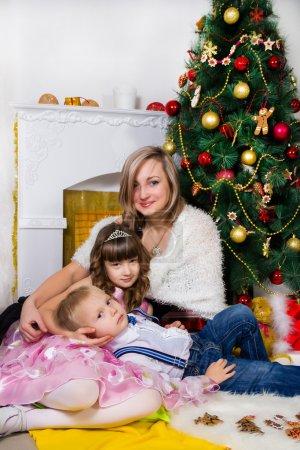 glückliche Mutter und zwei ihrer Kinder zu Weihnachten