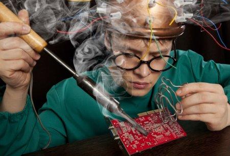 Photo pour Inventeur fou avec fer à souder - image libre de droit