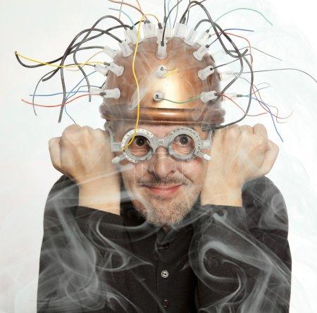 Photo pour Inventeur fou d'un casque pour la recherche sur le cerveau - image libre de droit