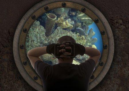 Photo pour Le capitaine regarde par la fenêtre du sous-marin - image libre de droit