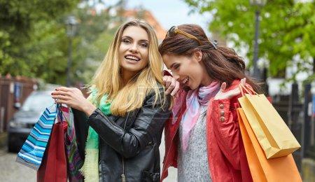 Photo pour Deux jeunes femmes de mode avec des sacs à provisions - image libre de droit