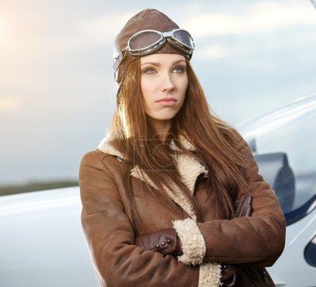 aviateur de la femme dans l'aéroport