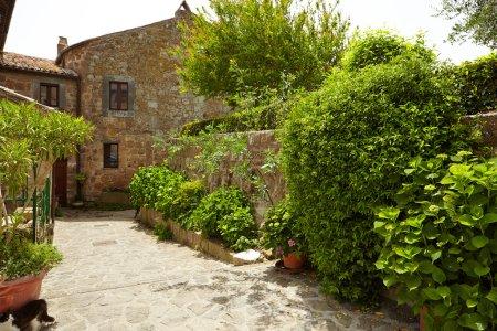 Photo pour Vieille petite rue médiévale en pierre dans la ville historique, Italie - image libre de droit