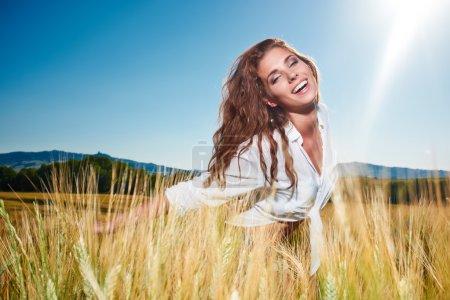 Photo pour Portrait d'une femme sur champ de céréales dorées en été - image libre de droit