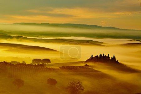 paysage avec des collines et des vallées de roulement Toscane