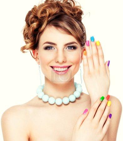 Photo pour Portrait de jeune femme avec coup de studio maquillage et vernis à ongles, manucure, coloré - image libre de droit