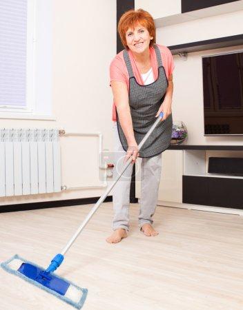 Photo pour Femme, nettoyage du sol à la maison. Travaux ménagers - image libre de droit