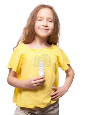 Photo pour Enfant avec ampoule. Fille tenant une lampe à économie d'énergie - image libre de droit