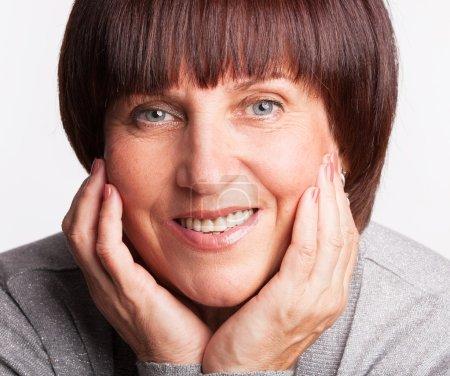 Photo pour Femme mûre souriante. Bonne femme. Plan studio - image libre de droit
