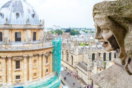 Photo pour Figurine sculptée de gargouille et caméra Radcliffe de l'église St. Mary The Virgins. Oxford, Angleterre, U - image libre de droit