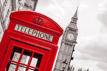 Photo pour Boîte de téléphone rouge près de big ben. Londres, Angleterre - image libre de droit