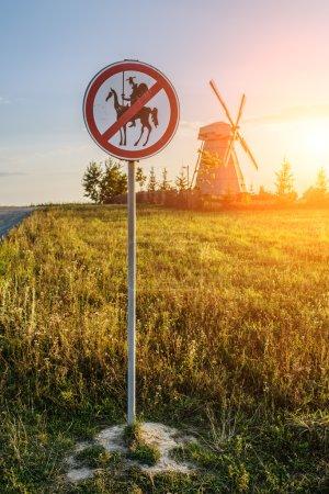Photo pour Panneau de signalisation, qui interdit l'approche de Don Quichotte au moulin. - image libre de droit