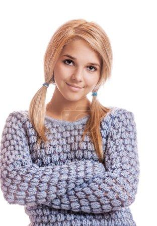 Photo pour Portrait de belle fille blonde en pull bleu sur blanc - image libre de droit