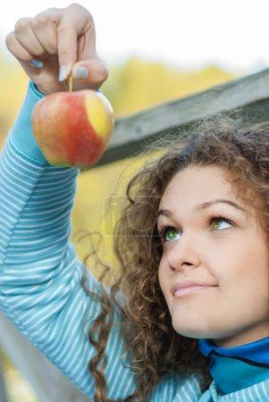 Photo pour Jeune belle fille mord une pomme. - image libre de droit