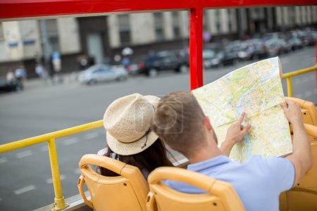 Photo pour Jeune couple dans un bus touristique - image libre de droit