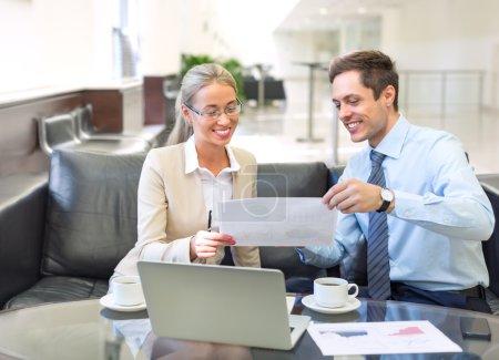 Foto de Joven sonriente gente de negocios en la oficina - Imagen libre de derechos