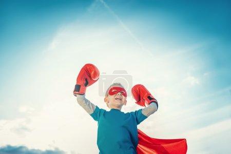 Photo pour Petit garçon avec gants de boxe - image libre de droit