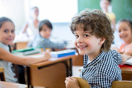 Foto de Niño sonriente en un salón de clases - Imagen libre de derechos