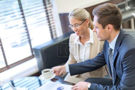 Photo pour Jeunes hommes d'affaires à la réunion dans le Bureau - image libre de droit