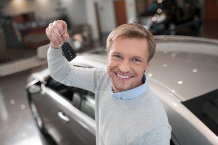 Photo pour Jeune homme avec des clés de voiture - image libre de droit
