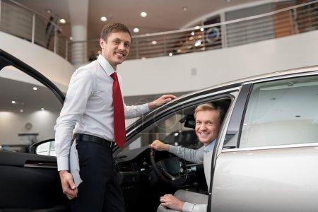 Photo pour Jeune homme attrayant en voiture - image libre de droit