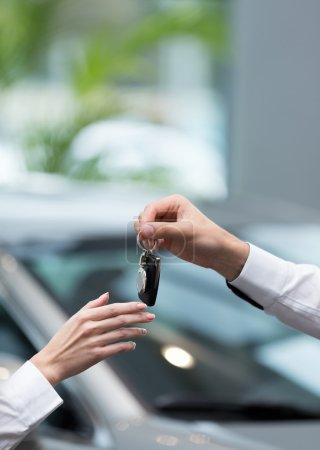 Photo pour Main avec clés de voiture à l'intérieur - image libre de droit
