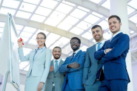 Photo pour Des hommes d'affaires lors d'une réunion au bureau - image libre de droit
