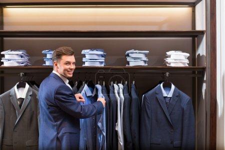 Foto de Hombre de negocios sonriente en la tienda - Imagen libre de derechos