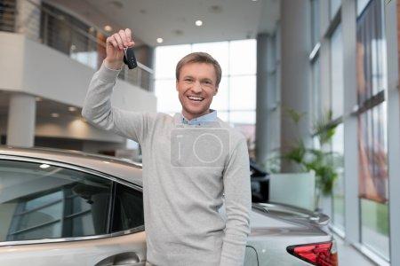Photo pour Jeune homme avec des clés de voiture à l'intérieur - image libre de droit