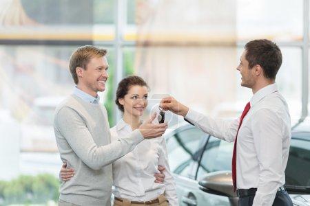 Photo pour Couple achetant une voiture à l'intérieur - image libre de droit