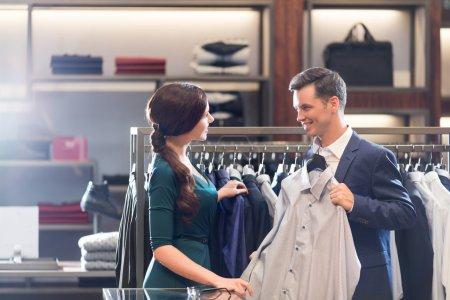 Photo pour Jeune vendeur et homme dans la boutique - image libre de droit