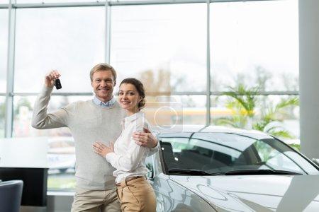 Photo pour Jeune couple avec clés de voiture à l'intérieur - image libre de droit