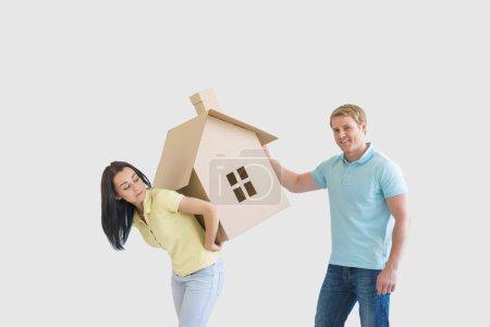 Photo pour Jeune couple avec maison en carton - image libre de droit